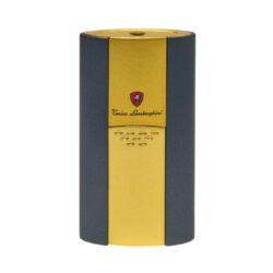 Tryskový zapalovač Lamborghini Imperia, zlatý-Elegantní tryskový zapalovač Tonino Lamborghini Imperia. Kvalitně zpracovaný zapalovač obsahuje na spodní straně nastavení intenzity plamene a ventil pro plnění. Ideální jako dárek pro kuřáky cigaret. Tryskový zapalovač je dodáván v kožené krabičce vyložené jemným sametem. Výška 7,2cm.