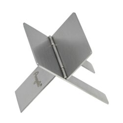 Stojánek na doutník Angelo-Stojánek na doutník z nerezového plechu. Doutníkový stojánek je skládací a je dodávaný v dárkové krabičce. Rozměr 40x70mm.