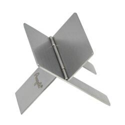 Stojánek na doutník Angelo-Stojánek na doutník z nerezového plechu. Doutníkový stojánek je skládací a je dodávaný v koženkovém obalu. Rozměr 40x70mm.