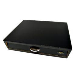 Humidor na doutníky Angelo Drawer Black 10D, stolní, černý-Stolní humidor na doutníky Angelo Drawer Black s kapacitou cca 10 doutníků. Dodáván s vlhkoměrem a polymerovým zvlhčovačem. Vnitřek humidoru je vyložený cedrovým dřevem. Rozměr: 25,3x21,8x5,4 cm. Povrchová úprava: matný.  Humidory jsou dodávány nezavlhčené, proto Vám nabízíme bezplatnou volitelnou službu Zavlhčení humidoru, kterou si vyberete v Souvisejícím zboží. Nový humidor je nutné před prvním uložením doutníků zavlhčit, upravit a ustálit jeho vlhkost na požadovanou hodnotu. Dobře zavlhčený humidor uchová Vaše doutníky ve skvělé kondici.