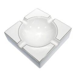 Doutníkový popelník keramický, bílostříbrný-Doutníkový popelník na 4 doutníky. Hranatý keramický popelník v lesklém bílém provedení je na horní straně zdobený zlatou linkou. Šířka odkladového místa pro doutník je 1,9cm. Masivní popelník na doutníky je dodávaný v kartonové krabici. Rozměr: 21,5x21,5x7cm.