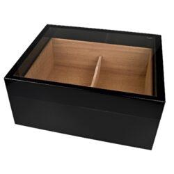 Humidor na doutníky Angelo černý prosklený 30D, stolní-Prosklený stolní humidor na doutníky s kapacitou cca 30 doutníků. Dodáván s vlhkoměrem a zvlhčovačem. Vnitřek humidoru je vyložený cedrovým dřevem. Rozměr: 30x25x13 cm. Povrchová úprava: lesklý.