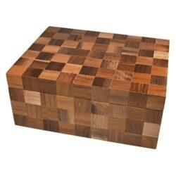 Humidor na doutníky Angelo Wood Cubes 20D, stolní-Stolní humidor na doutníky s kapacitou cca 20 doutníků. Dodáván s vlhkoměrem a zvlhčovačem. Vnitřek humidoru je vyložený cedrovým dřevem. Rozměr: 27x20,5x11,5 cm. Povrchová úprava: matný.  Humidory jsou dodávány nezavlhčené, proto Vám nabízíme bezplatnou volitelnou službu Zavlhčení humidoru, kterou si vyberete v Souvisejícím zboží. Nový humidor je nutné před prvním uložením doutníků zavlhčit, upravit a ustálit jeho vlhkost na požadovanou hodnotu. Dobře zavlhčený humidor uchová Vaše doutníky ve skvělé kondici.