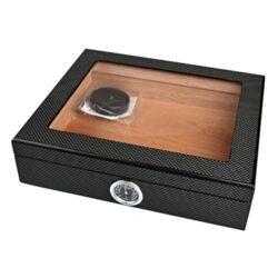 Humidor na doutníky Angelo Carbon Glass-Stolní humidor na doutníky s proskleným víkem s kapacitou cca 25 doutníků. Dodáván s vlhkoměrem a polymerovým zvlhčovačem. Vnitřek humidoru je vyložený cedrovým dřevem. Rozměr: 26x22x7 cm.  Humidory jsou dodávány nezavlhčené, proto Vám nabízíme bezplatnou volitelnou službu Zavlhčení humidoru, kterou si vyberete v Souvisejícím zboží. Nový humidor je nutné před prvním uložením doutníků zavlhčit, upravit a ustálit jeho vlhkost na požadovanou hodnotu. Dobře zavlhčený humidor uchová Vaše doutníky ve skvělé kondici.  a target=_blank href=..\www\prilohy\Návod_k_použití_humidoru.pdfNávod k použití humidoru - PDF/a
