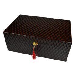 Humidor na doutníky Angelo hnědý 50D, stolní-Stolní humidor na doutníky s kapacitou cca 50 doutníků. Dodáván s digitálním vlhkoměrem a polymerovým zvlhčovačem. Vnitřek humidoru je vyložený cedrovým dřevem. Rozměr: 35,5x23x14cm. Povrchová úprava: matný.