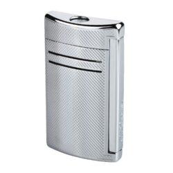 Zapalovač S.T. Dupont Maxijet, chromový squares-Kvalitní tryskový zapalovač S.T. Dupont Maxijet známé francouzské značky. Za preciznost zpracování kovového zapalovače hovoří sama značka S.T. Dupont. Díky silnému plamenu je vhodný nejen k zapalování cigaret, ale i doutníků. Na boční straně je umístěné okénko, kde je možné vidět hladinu plynu v zapalovači. Na spodní části zapalovače Dupont najdete nastavení intenzity plamene a ventil na plnění plynem. Zapalovač je dodáván v dárkové bílé krabičce s logem. Výška: 6,5cm. Zapalovače S.T. Dupont nejsou při dodání naplněné plynem.  a target=_blank href=https://youtu.be/2_MQk36tUwg3D prezentace produktu/a