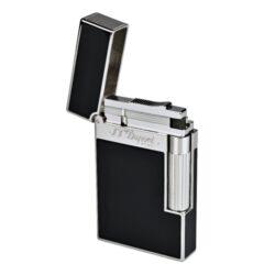 Zapalovač S.T. DuPont Ligne 2, chinese kov-Luxusní plynový zapalovač S.T. DuPont Ligne 2 známé francouzské značky. Zapalovač z elegantní řady Ligne 2, pro kterou je typický a lehce identifikovatelný ping zvuk při otevření zapalovače. Dokonale zpracovaný kovový kamínkový zapalovač, který skvěle kombinuje funkci a elegantní vzhled. Zapalovač umožňuje nastavit dva druhy plamene a to pro kuřáky cigaret a doutníků nebo pro kuřáky dýmky. Na boku najdeme škrtací mechanismus. Ve spodní části najdeme plnící ventil plynu a ovládání intenzity plamene. Kamínek se mění v horní části zapalovače. Zapalovač je dodáván v dárkové krabičce vyložené jemným sametem. Výška 6cm. Vyrobeno ve Francii.