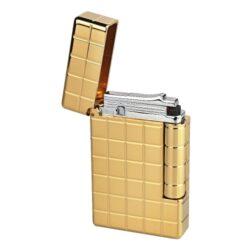 Zapalovač S.T. DuPont Initial Square, zlatý-Luxusní plynový zapalovač S.T. DuPont Initial Line známé francouzské značky. Moderní klasika - to jsou slova, co vystihují tento elegantní styl řady Initial vydanou k 75. výročí prvního luxusního zapalovače této značky. Dokonale zpracovaný kovový kamínkový zapalovač, který skvěle kombinuje funkci a elegantní vzhled. Na boku najdeme škrtací mechanismus. Ve spodní části najdeme plnící ventil plynu a ovládání intenzity plamene. Kamínek se mění v horní části zapalovače. Zapalovač je dodáván v dárkové krabičce vyložené jemným sametem. Výška 5,5cm. Vyrobeno ve Francii.