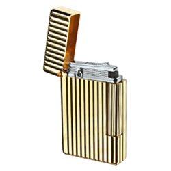 Zapalovač S.T. DuPont Initial Line, zlatý-Luxusní plynový zapalovač S.T. DuPont Initial Line známé francouzské značky. Moderní klasika - to jsou slova, co vystihují tento elegantní styl řady Initial vydanou k 75. výročí prvního luxusního zapalovače této značky. Dokonale zpracovaný kovový kamínkový zapalovač, který skvěle kombinuje funkci a elegantní vzhled. Na boku najdeme škrtací mechanismus. Ve spodní části najdeme plnící ventil plynu a ovládání intenzity plamene. Kamínek se mění v horní části zapalovače. Zapalovač je dodáván v dárkové krabičce vyložené jemným sametem. Výška 5,5cm. Vyrobeno ve Francii.